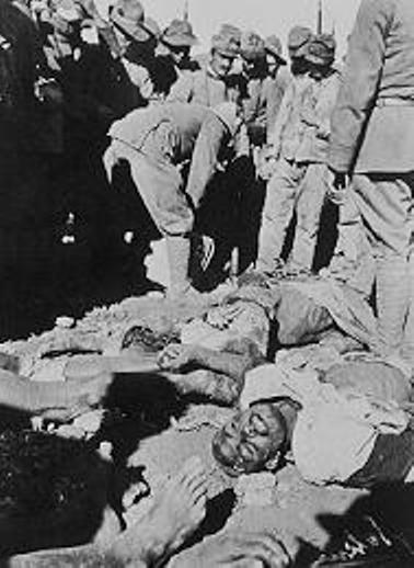Soldati italiani, mentre costruiscono scuole, ospedali, case durante l'occupazione in Libia.