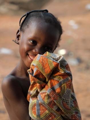 Bambina al festival del vudù in benin.
