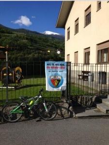 Manifesto dell'Union valdotaine affisso illegalmente davanti a una scuola. E' vero, questi hanno perso la bussola!