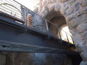 Per sostituire le griglie con pannelli trasparenti (si paga due per avere uno) si aspetterà la copertura del monumento e poi per sostituire tale copertura si provvederà a installare una cupola di vetro che coprirà l'intera città e poi per sotituire la cupola si...