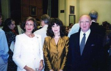 Con l'ambasciatore italiano e la moglie. Il vestito me l'aveva confezionato una nota sarta aostana, Carla Scanavino.