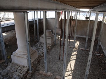 Qui sotto i reperti romani, tanto cari, nascosti per anni per dare spazio al mercatino di Natale!