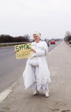 L'artista Pippa Bacca duramte la sua ultima performance.