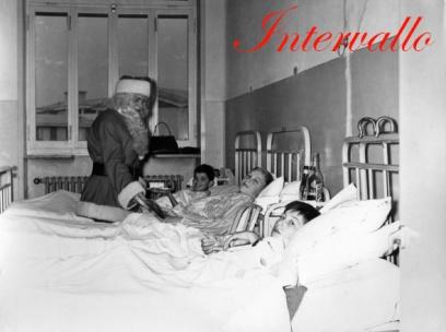 Babbo Natale fa visita ai bambini ospiti dell'ospedale.