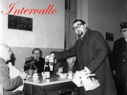 L'assessore Bruno Milanesio, in occasione della Befana, consegna i panettoni agli ospiti del Refuge Père Laurent.