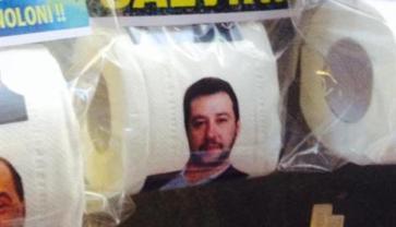 A Napoli la faccia di Salvini è stampata sulla carta igienica! Grande intuito i napoletani!